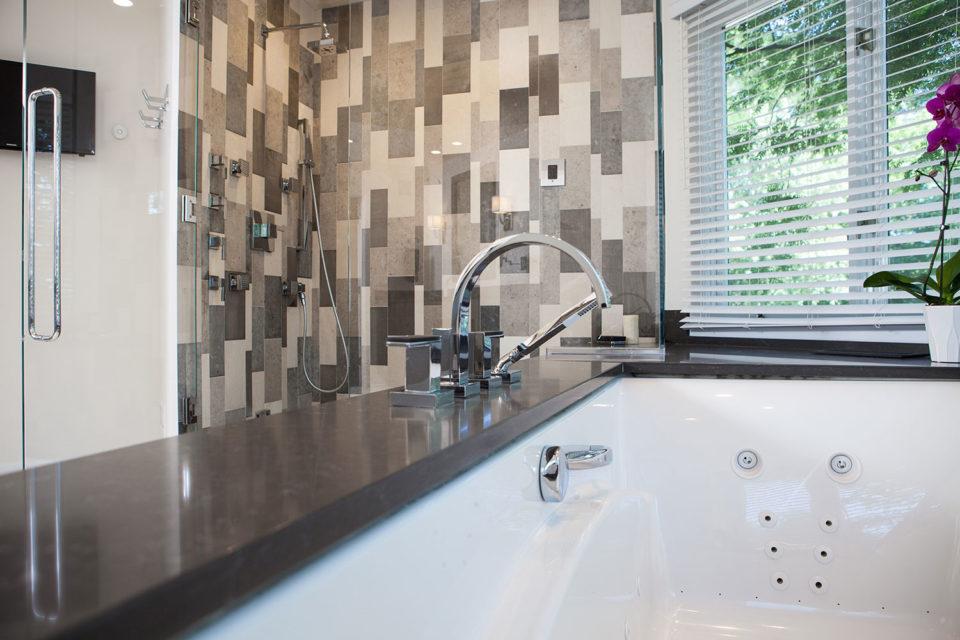 Square-Cut Quartz Tub Deck